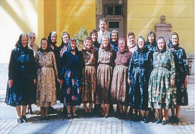 ... és Travnik Mariska huszadik század eleji embereket ábrázoló  fényképeiről sikerült adatokat gyűjteni. Az élő népviselet és a hozzá  kialakult öltözködési 3b6ff3fb4c